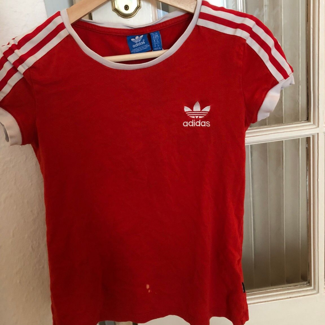 4c516a82585b Rød Adidas T-Shirt Retro Style Størrelse Xs Der er en lille narre