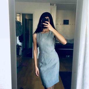 Fodralklänning som smickrar kroppsformen och framhäver midja, köpt i England.  Diskret dragkedja på ryggen. Den är HELT ny jag har bara provat den. :)  Frakt: 55 kr