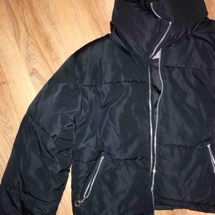 Sjukt snygg och trendig pufferjacket. Säljes pga vill köpa en annan jacka 😊 Passar xs-M beroende på hur man vill att den ska sitta. Frakt tillkommer eller mötas upp i sthlm💕