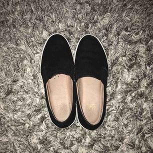 ganska använda skor från Dasia. super sköna skor i svart mocka. original pris är 900kr o har använt dom ungefär 7 gånger.