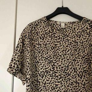 Trendig leopard klänning från HM! Aldrig använd!  Kan frakta eller mötas upp i Kalmar 💞