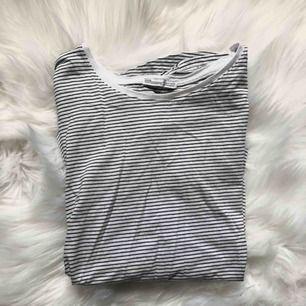 Basic tshirt från zara. Använd fåtal gånger!  Kan frakta eller mötas upp i Kalmar 💞