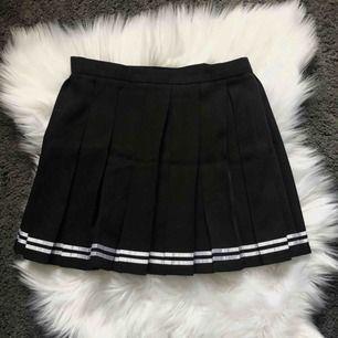 Frän kjol som jag köpte online (minns inte vilken sida) för typ 2 år sedan men har knappt använt. I asiatisk storlek L men skulle säga mer s-m. Har själv xs och den är lite för stor för mig.  Kan frakta eller mötas upp i Kalmar 💕