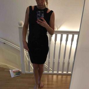 Snygg klänning mörkblå, ser nästan svart ut, i stl xs. Knappt använd. I väldigt fint skick. Inga fläckar eller noppor eller märken.