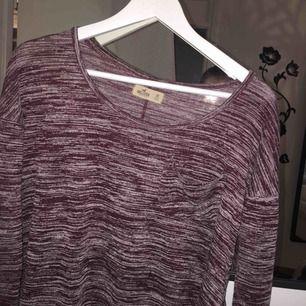 Otroligt vacker och mysig tröja i storlek XS från hollister. Passar även bra i S. Frakt tillkommer :)