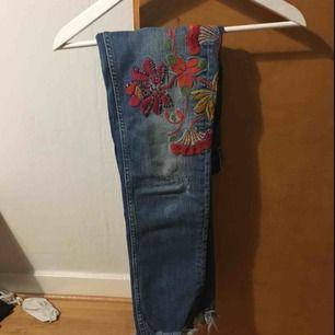 Jeans från zara använda ett fåtal gånger men bra skick. Slitningar nertill och broderade blommor på låren.