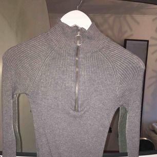Grå vacker långärmad tröja jag tyvärr aldrig får användning för. Följer kroppsformen och sitter otroligt skönt. Frakt tillkommer :)
