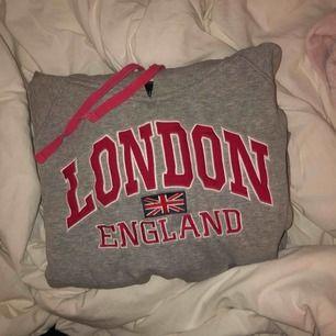 Säljer en grå tröja köpt i London. Står storlek L men den sitter som en S/XS. Skulle kunna passa M också men då sitter den som en mer tight modell.