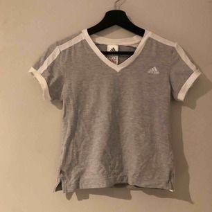 Fin ljusgrå adidas T-shirt. Den är lite skrynklig på bilden dock eftersom den inte blivit använd av mig. Kan mötas upp i sundvall annars står köparen för frakt!