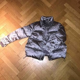 Silvrig jacka från H&M. Storlek 42 men sitter snyggt om man har S/M då den blir lite oversized. Använd få gånger. Möts upp i Stockholm.