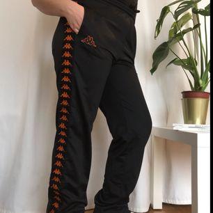 Svart/orange byxor från Kappa, lagom använda, men ser bra och fräsha ut!  Ser superbra ut med ett par air max eller air force!