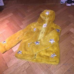 Gul pälsjacka från Zara kids med silvriga blixtar och stjärnor på. Köpt förra vintern men använd fåtal gånger. Möts upp i Stockholm.