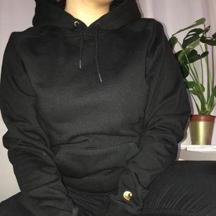 En oanvänd hoodie från carhartt, supermjuk på insidan, passar till allt och super kvalitet på själva tröjan.