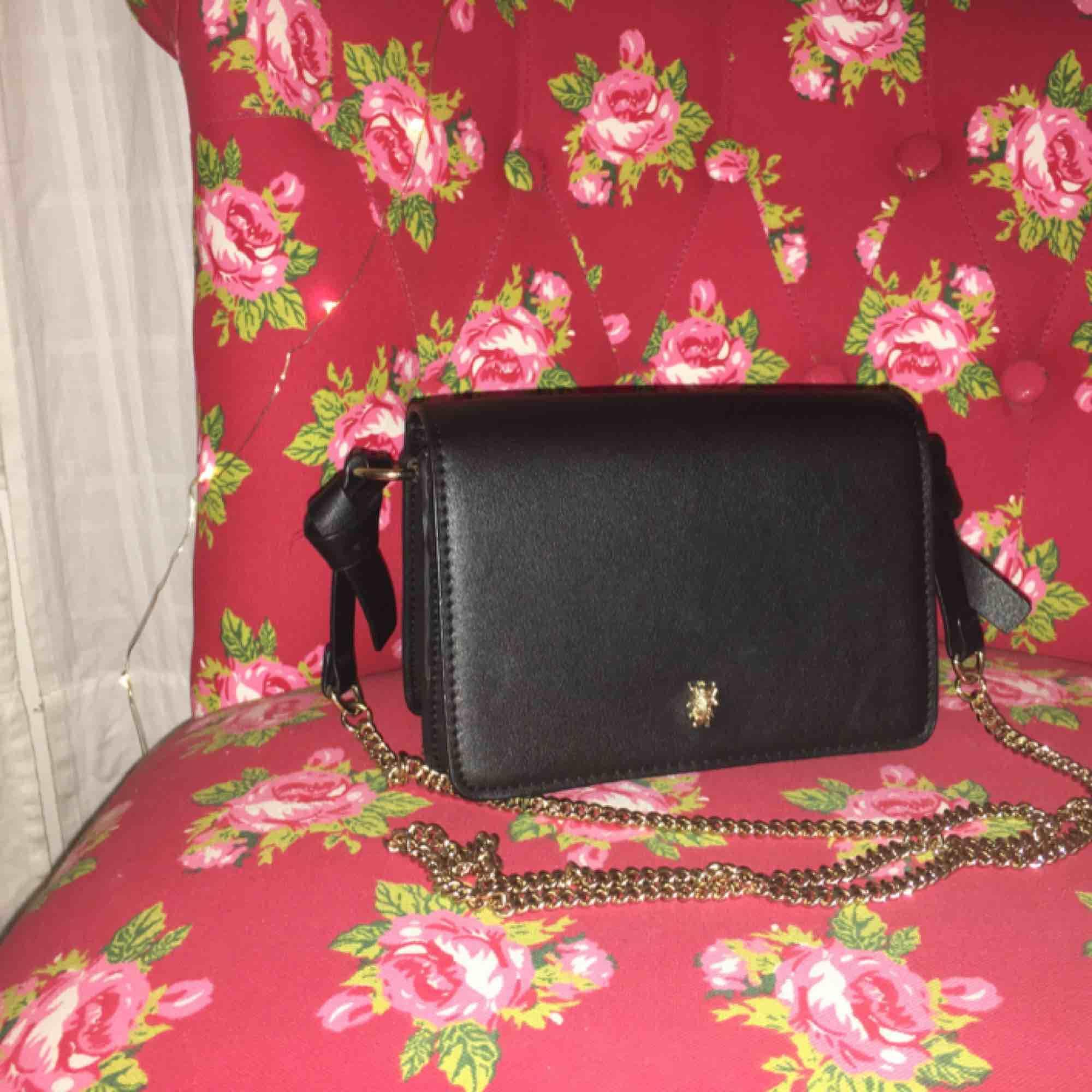 Jätte fin crossbody väska från Zara! Säljer eftersom den ej kommer till användning😋💖. Väskor.
