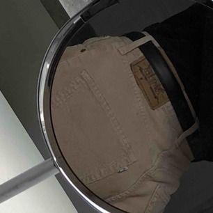 Säljer mina älskade manchester jeans från Levis! Skickar mer bilder vid intresse! Bra skick. Uppsydda några cm så passar bäst någon som är 1.60-1.65 skulle jag tro. Frakt på 50:- tillkommer. Pris kan diskuteras. 🌺🌹🌷💐🌸