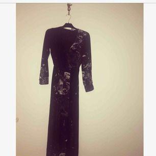 Häftig långklänning med slits framtill Perfekt till nyår