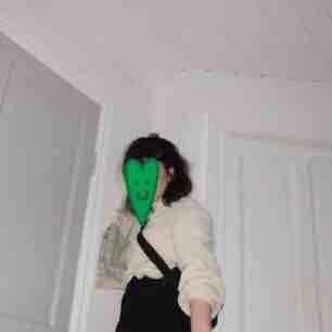 Jättegosig tröja från H&M använd max 5(?) gånger, så i jättebra skick!🐍 är i storlek small men passar mig som är M (och är fortfarande ganska oversized) köpare betalar frakt<3 . Stickat.