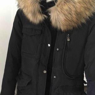 Använd endast en halv vinter, i super fint skick. Ser exakt ut som hollies jackan. Finns många fickor, stor fejk päls men ser ut som äkta. Normal i storleken. Köparen står för frakt kostnad om den ska skickas .