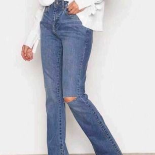 Ett par sjuuukt snygga jeans från Nelly, dom är utsvängda och har en slits på vardera sida Och ett hål på ena knät!