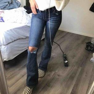 Riktigt snygga boot cut jeans från American Eagle, litet litet hål finns men absolut inget som syns.