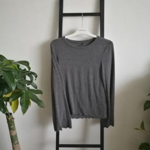 Grå skön tröja med utsvängda ärmar från Only! Sparsamt använd. Möts upp i Stockholm eller fraktar om du står för kostnaden!