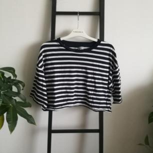 Mörkblå och vit tshirt från hm i fint skick! Möts upp i Stockholm eller fraktar om du står för kostnaden.