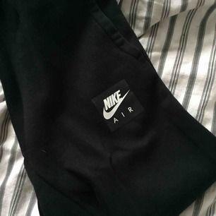 Nike air mjukis byxor .  Ena snöret är sönder men går och ta av .  Storlek 158? 13-15 år