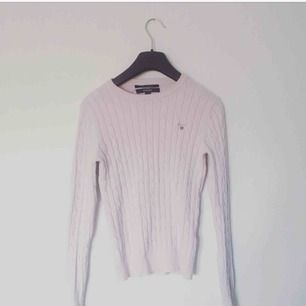 Ljusrosa kabelstickad tröja från Gant