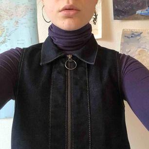 Fin jeansklänning från Monki! Går även att använda som en lång väst. 💥