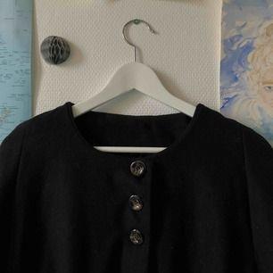 Någon som vill hänga på höstens-vinterns trend med en cape? Svart cape med bruna knappar, knappast använd⚡️om en vill ha mer bilder är det bara att skriva!