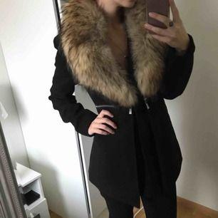 Varm och skön kappa med äkta päls, använd ca 3 gånger. Frakt tillkommer Nypris på jackan - 999kr. Nypris på pälsen - 2999kr.