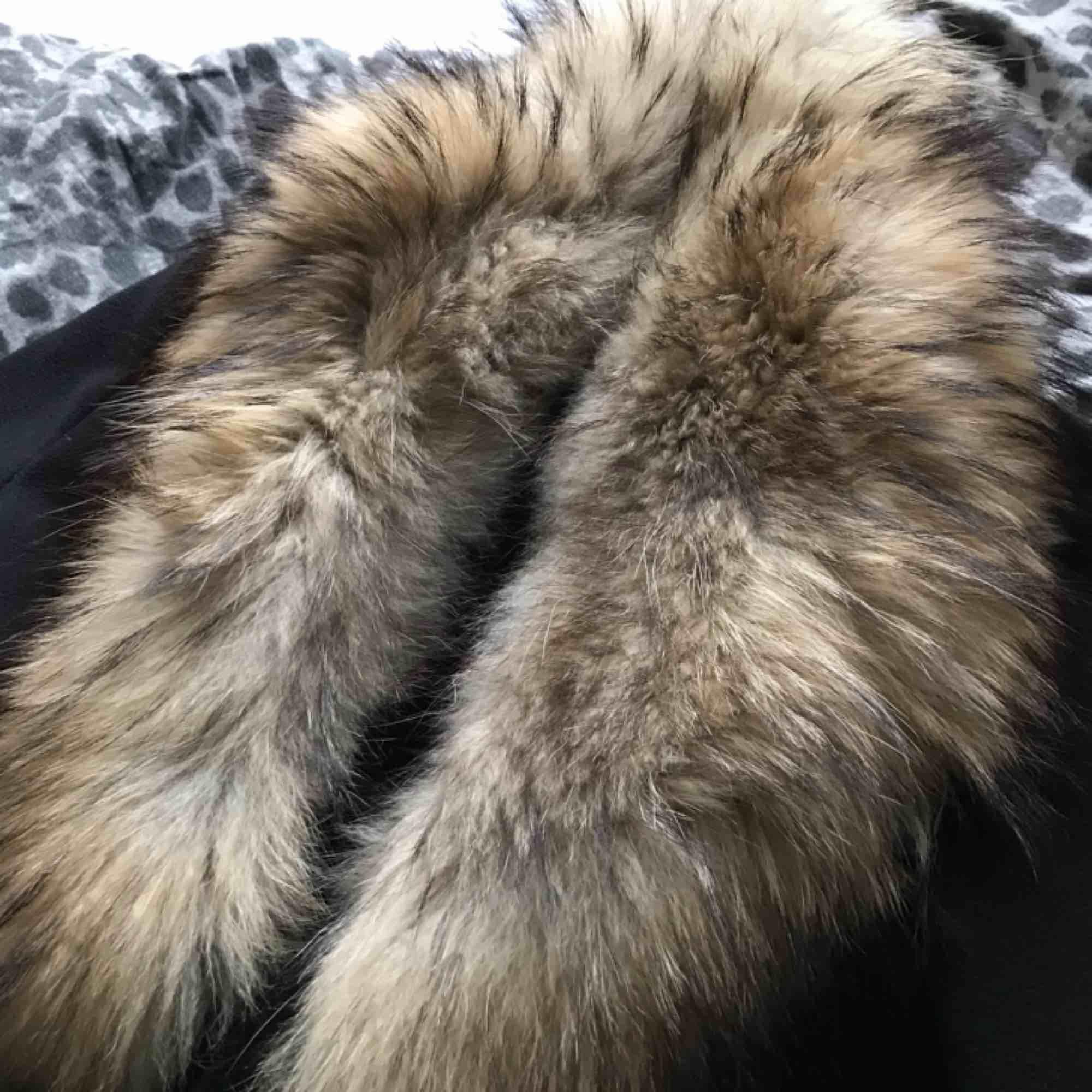 Varm och skön kappa med äkta päls, använd ca 3 gånger. Frakt tillkommer Nypris på jackan - 999kr. Nypris på pälsen - 2999kr. . Jackor.