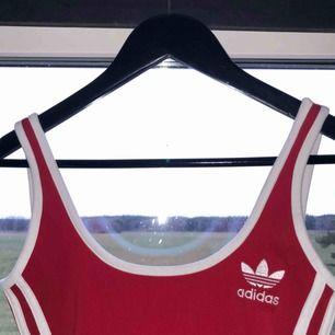 Röd body från Adidas, knappt använd! Passar xs-s