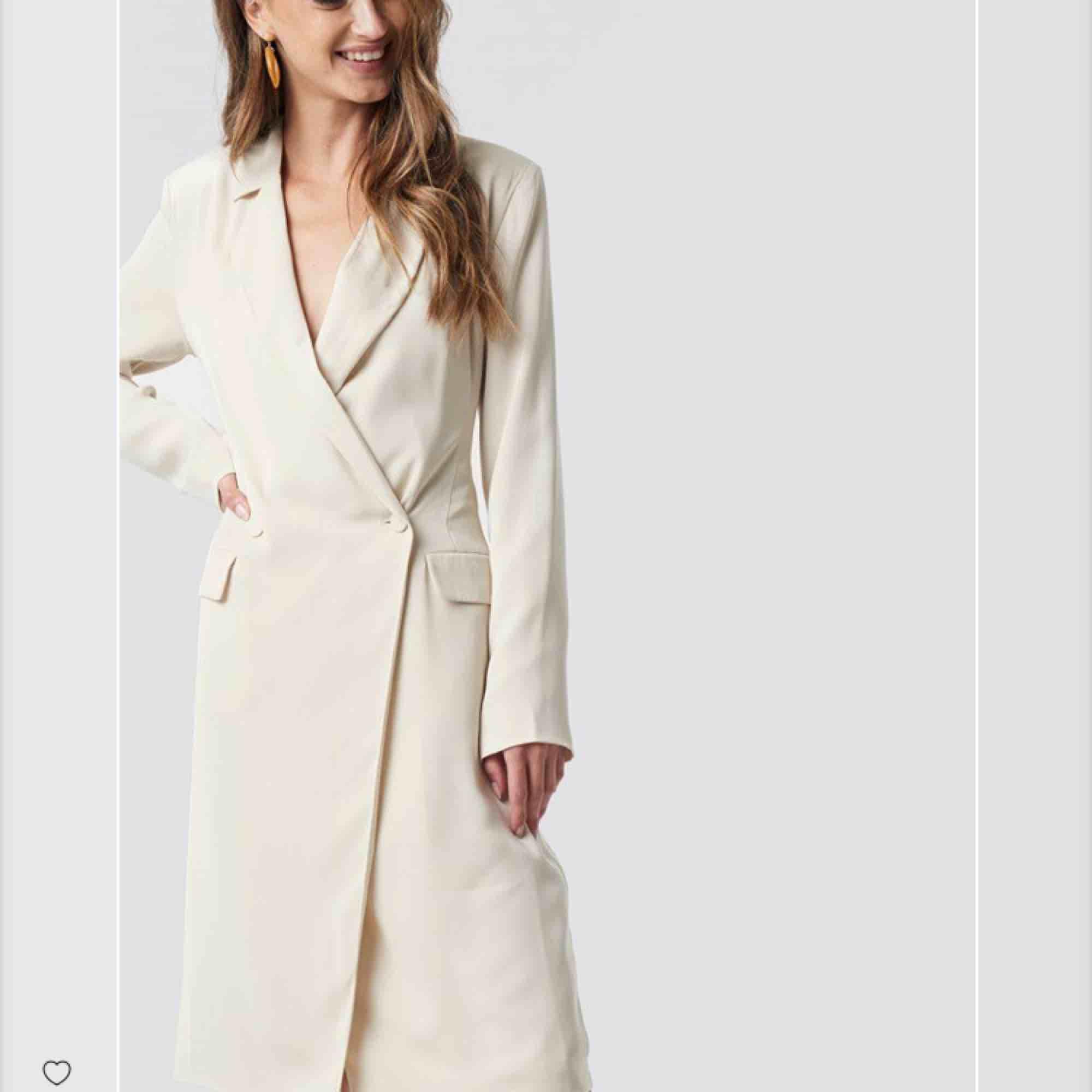 Wrap over midi dress från Na-kd's nya kollektion. Köpt för 925kr men säljes för 250kr. Inkl frakt. . Klänningar.
