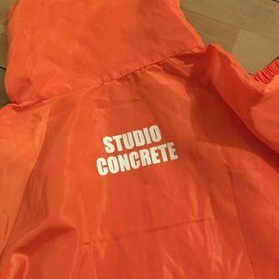 Skitcool windbreaker i en stark stark orange färg. Modellen är oversized! Passar även L