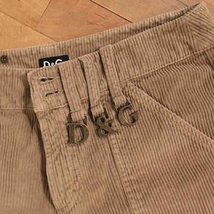 DOLCE & GABBANA cargo byxor!!! Perfekta för vintern Går inte att sänka pris då det är en sällsynt item. Färg: ljusbrun Midja mått: 28