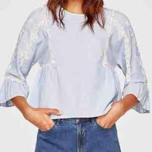 Supersöt blus från Zara med virkade detaljer, använd endast en gång! Nypris:500kr