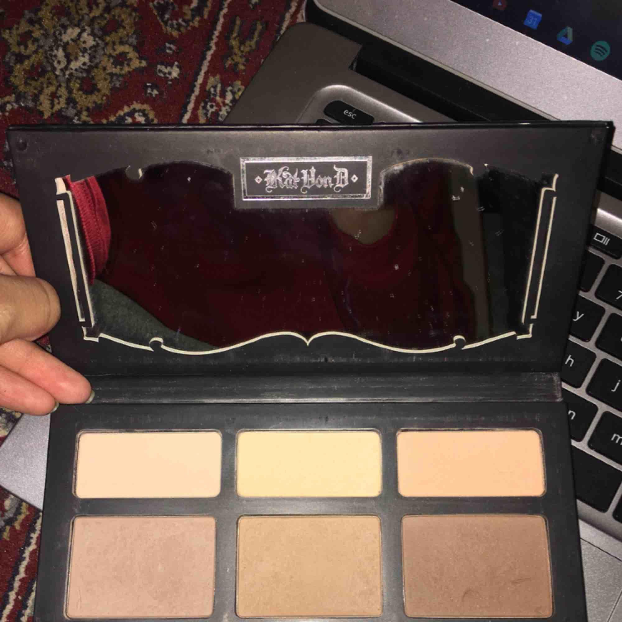 Kat Von D face palette. Använd några gånger men har redan ett annat palette som jag använder. Den är matt. Säljer den för 150kr inkl frakt. Köpt för 500kr. Övrigt.