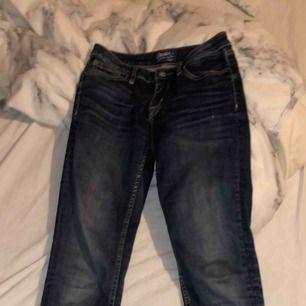 Ett par crocker jeans med defekt! De har ett litet mindre skrap hål på låret och ett större där bak vid fickan, men går att använda ändå, de har ja gjort! Annars väldigt fräscha, har sytt upp dom så skulle säga att de är mer en 30 i längden!