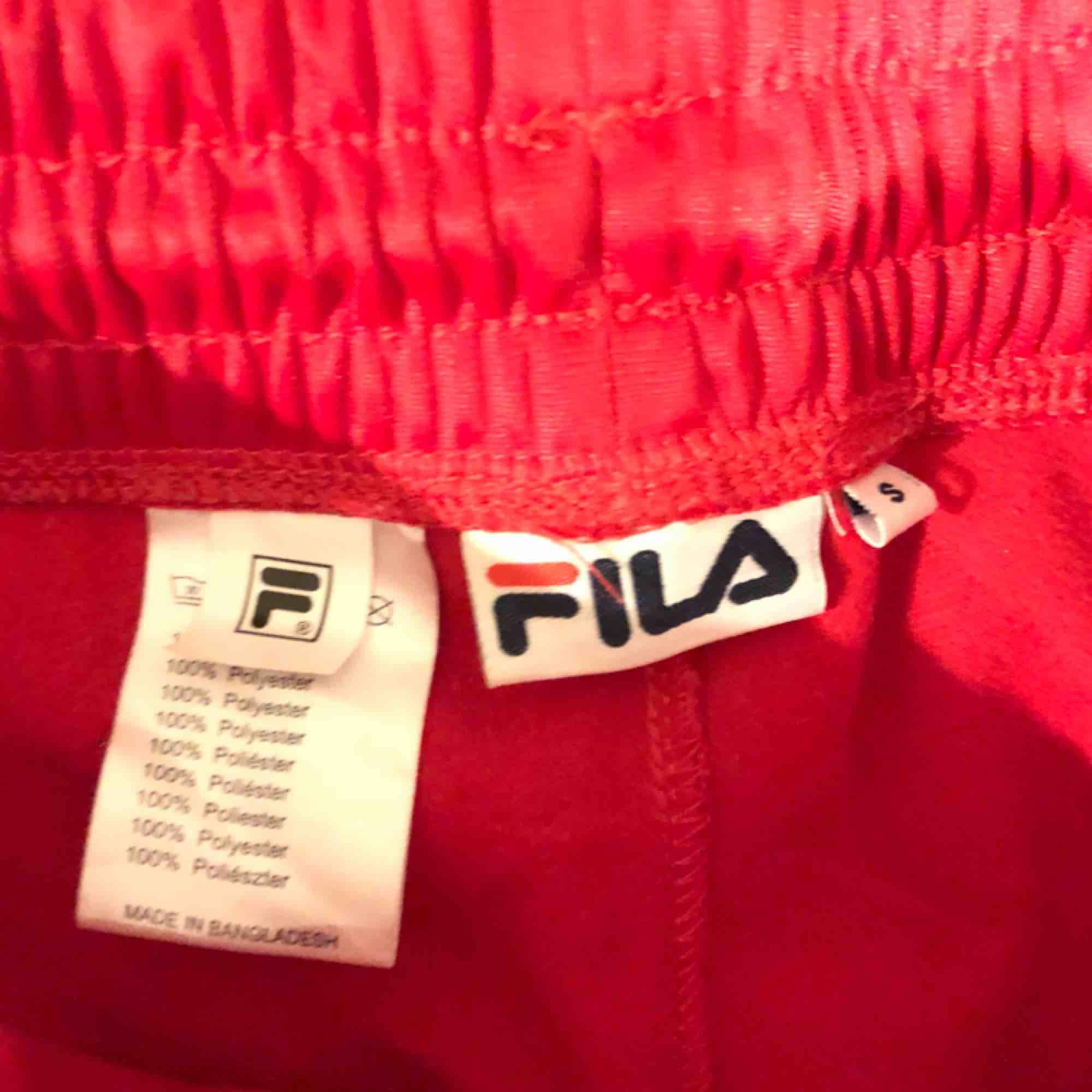 Relativt nya fila byxor, men använda väldigt lite (frakten ingår). Jeans & Byxor.