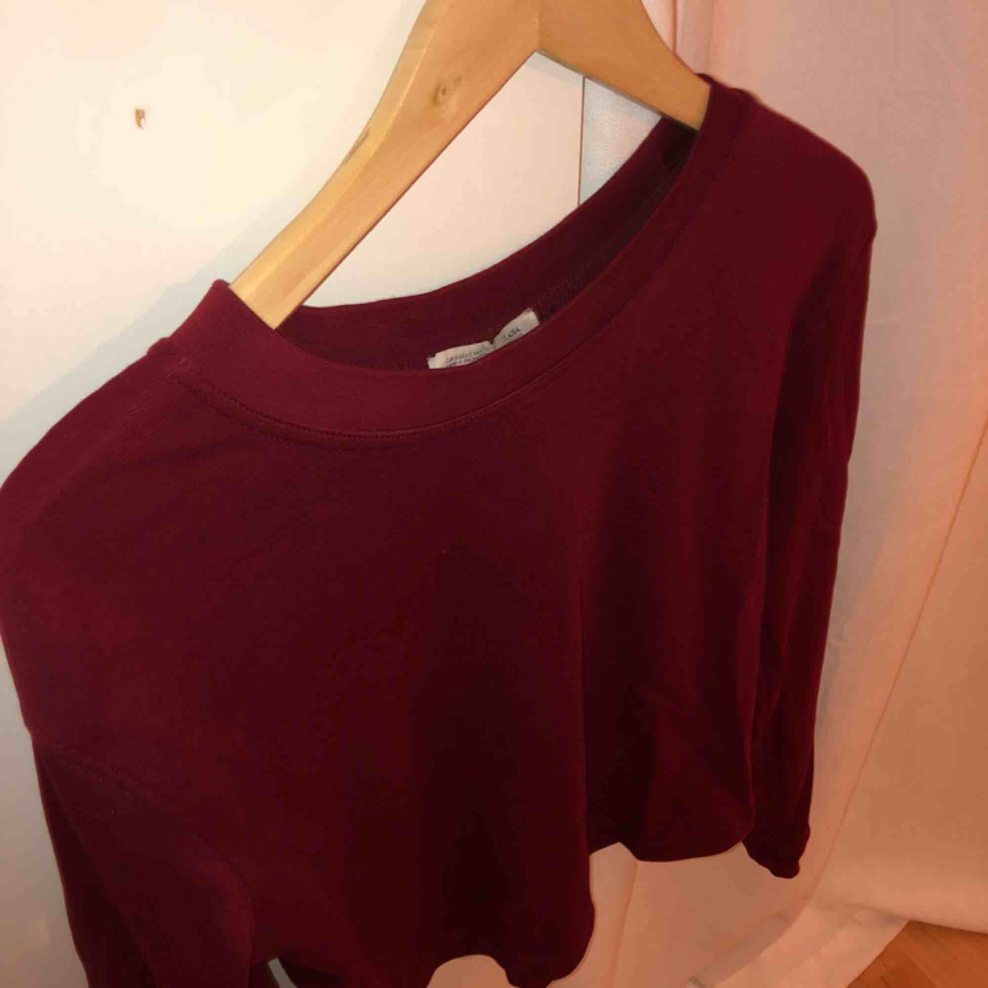 Tjockare tröja i vinröd färg från Zara. Tröjor & Koftor.