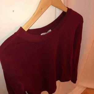 Tjockare tröja i vinröd färg från Zara