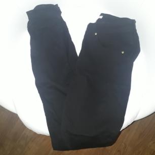 Säljer ett par svarta jeans i storlek 36 från H&M. Finns på Teleborg i Växjö. Ska de fraktas, står du för fraktkostnaden. Väger 270g vilket är frakt på 50 kr.