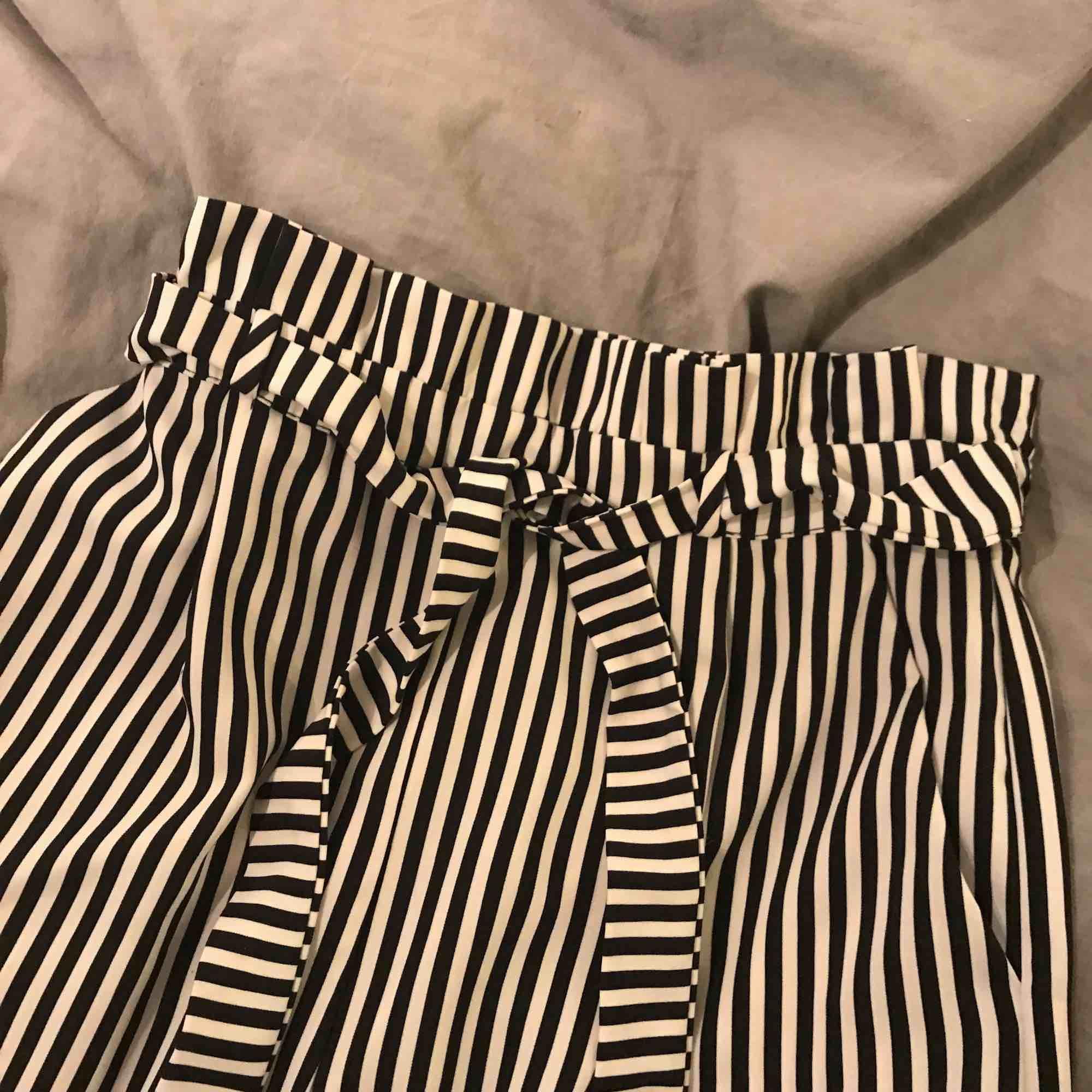 Randiga kostymbyxor från pull and bear. Är använda max 3 gånger på grund av att de är lite för stora för mig, de är stora i storleken.Fint skick, inga fläckar, hål mm. Tar swish och kan mötas i Linköping . Jeans & Byxor.