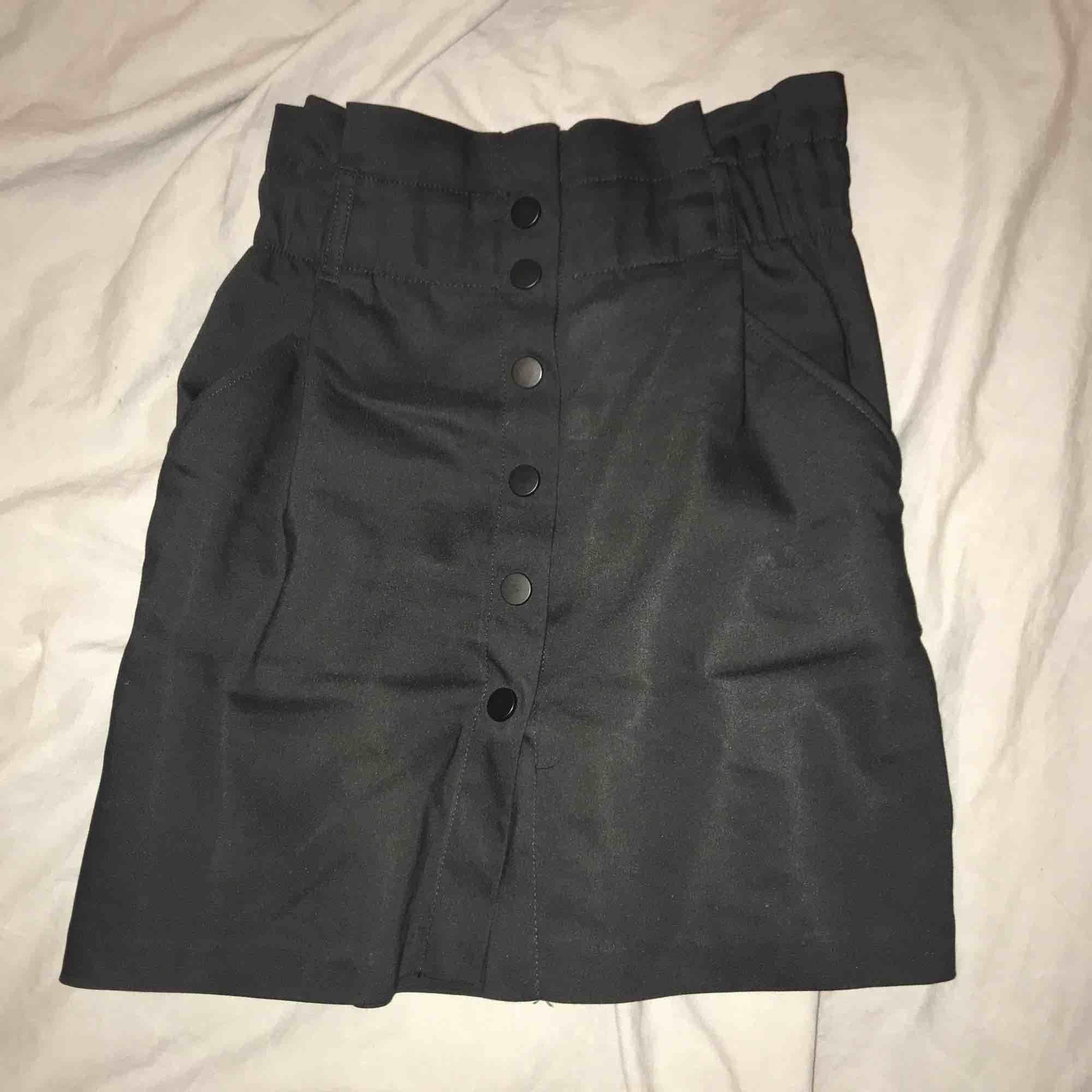 Supersnygg svart kjol med knappar. Använd 2 gånger men är för stor för mig. Tar swish, du står för frakten men kan mötas i Linköping . Kjolar.