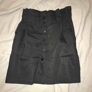 Supersnygg svart kjol med knappar. Använd 2 gånger men är för stor för mig. Tar swish, du står för frakten men kan mötas i Linköping