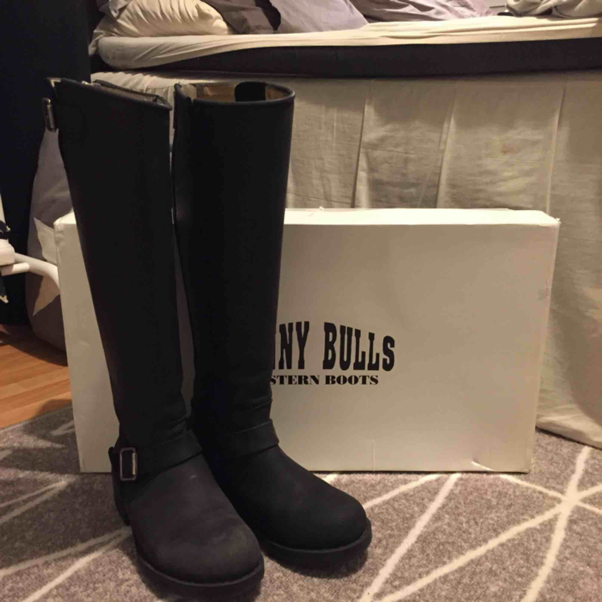 Svarta boots i äkta läder med silverdetaljer från Johnny Bulls. Använda en säsong, men fortfarande i fint skick💫 Storlekarna brukar vara ganska stora, så   det rekommenderas att gå ner en storlek. Storlek 37 passar mig med 38/38,5. Hämtas i Leksand. Skor.