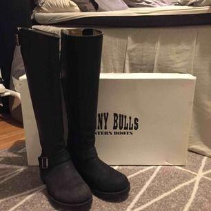 Svarta boots i äkta läder med silverdetaljer från Johnny Bulls. Använda en säsong, men fortfarande i fint skick💫 Storlekarna brukar vara ganska stora, så   det rekommenderas att gå ner en storlek. Storlek 37 passar mig med 38/38,5. Hämtas i Leksand
