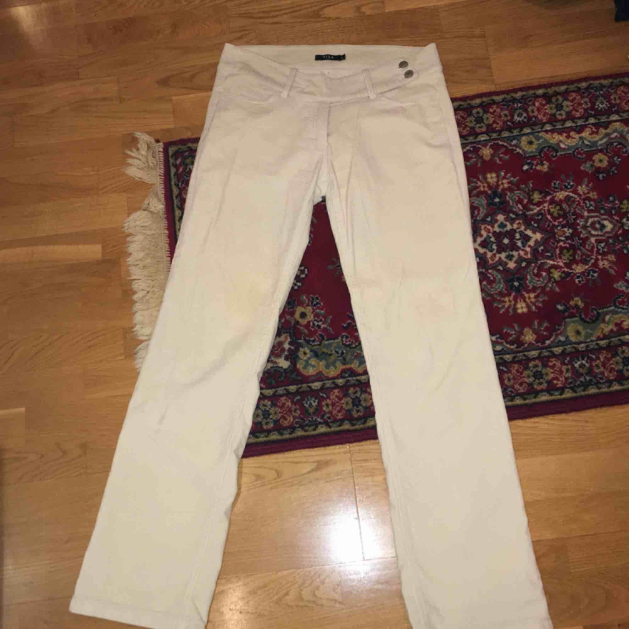 Vita manchester byxor från Vila med någon slags bootcut!😝 . Jeans & Byxor.