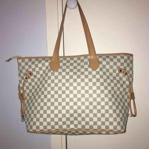 Luis vitton liknande väska köpt för 899, knappt använd säljer för 200kr, pris kan diskuteras